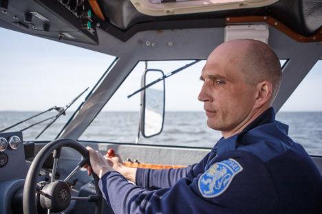 KÄIGUKATSETUSED MEREL: Roomassaare kailt vette lastud piirivalvekaatri MP-40 rooli hoidis Priit Käsk. Foto: Tambet Allik