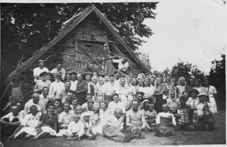 TALGULISED: Esimene foto saabus Saarte Häälele otse ajaloost - rõõmus talgurahvas. Autor: Ando Kõvamees