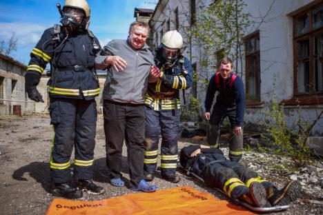 RASKE ÕPPUSEL: Maskides päästjad talutavad kannatanut, keda mängis Madis Au. Paremal Leisi vabatahtlik Riivo Humal, kes seekord samuti oli kannatanu rollis. Foto: Tambet Allik