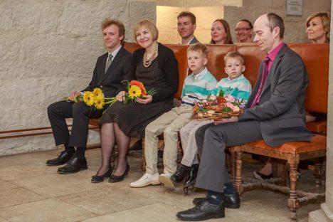 AASTA EMA PEREGA: Vasakult poeg Mihkel, aasta ema Marve Koppel, Hannese pojad Karl ja Kusti ning Marve abikaasa Jüri Koppel. Teises reas vasakult poeg Hannes koos abikaasa Relikaga, Janne Nurmik Keskerakonnast ning tagant paistab IRL-i esindaja Merle Rekaya. Foto: Tambet Allik