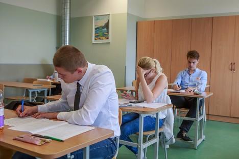 Eilsel eksamil lahendasid ülesandeid kaheteistkümnendikud Kristjan Teär, Diana Turja ja Carl Vaher. Foto: Tambet Allik