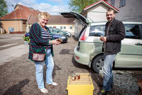 KAUPLEVAD OMAVAHEL: Mahetootja Urve Lillimägi kasutas juhust ja soetas Tõlluste mesinikult Aivar Raudmetsalt purgi mett.  Foto: Tambet Allik