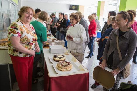 TORDID TEILE, RAHA MEILE: Esiplaanil eile oma 60. sünnipäeva tähistanud Larissa Alas (vasakul) ja tordiostja Pille Koppel.  Foto: Raul Vinni
