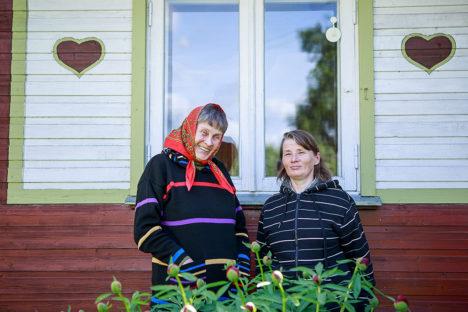 KUTSUVAD KONTSERDILE: tuntud kunstniku, muusiku ja lastekirjaniku Henno Käo abikaasa Maie Käo (vasakul) ja ürituse üks eestvedajaid Eha Ennemuist. Foto: Tambet Allik