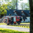 """Neljapäeva õhtul kell 17.09 anti häirekeskusele teada, et Kihelkonna vallas Kooli tänaval tuleb kooli kõrvalhoone katuse vahelt helehalli suitsu. """"Päästjad selgitasid kohapeal välja, et maja teise korruse põrandas oli tulekolle. […]"""