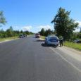 """28. juunil kell 15.18 juhtus liiklusõnnetus väinatammi Muhu-poolses otsas, kus 36-aastane Jürgen sõitis Volkswagen Multivaniga tagant otsa sõiduautole Toyota Auris, mida juhtis 41-aastane Helen. """"Kokkupõrke tagajärjel paiskus Toyota sõiduteelt välja. […]"""