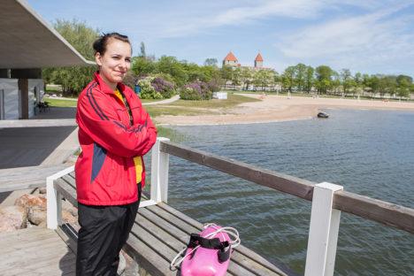 SUVEKS VALMIS: Teisipäeval Kuressaare Titerannas valves olnud rannavalve meeskonna liige Stiina Tsedreki pidi tunnistama, et 10-kraadises merevees ujujaid palju pole. Foto: Raul Vinni