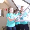 """Kätriin, Margareta ja Triinu-Eliise töötavad Kuressaare noorte huvikeskuses. """"Peseme seinu, radiaatoreid, mööblit, põrandaid. Töö on küll väga tore, aga võib veidike tüütuks muutuda."""" Nende lemmiktegevuseks oli aga akende ja uste […]"""