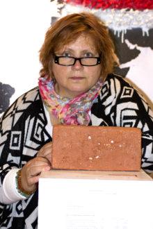 MÕISTLIK VÕI MÕTTETU: Maila Juns-Veldre sõnul on ületootmine tõsine probleem. Seda sümboliseerib purustatud toidunõudest ümbertöödeldud kallis telliskivi. Foto: Madis Vaher
