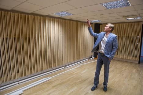 OMAPÄRANE LAGI: Vallavanem Raido Liitmäe näitab moodsa stuudio astmelisena ehitatud lage, mille eesmärk võimalikult parema helikvaliteedi tagamine. Foto: Raul Vinni