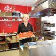 """Kuressaares avati eile üle-eestilise pitsamüügiketi Pizzakiosk 21. müügikoht. Eriliseks teeb Pizzakioski tellimuste täitmise kiirus ja mugavus. """"Meil ei ole söögikoht. Laudu ja toole siia ei tule,"""" sõnas firma Saare Pizza […]"""