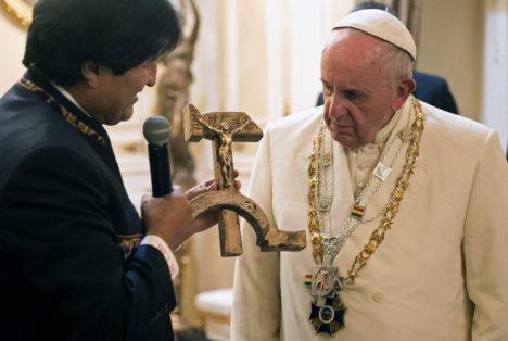 NÕUTU: Boliivia president Evo Morales tegi Rooma paavstile Franciscusele üllatuskingi – sirbi ja vasara sümboolikaga krutsifiksi. Foto: Time.com
