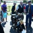 Laupäeval said huvilised Kuressaares Raiekivi säärel uudistada vanaaegseid mootorrattaid. Video: Irina Mägi