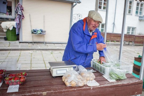 TURU RAUDVARA: Pihtla valla Liiva küla mees Kalev Trei müüs eile turul lisaks maasikatele varast kartulit, mille kilohind 2,5 eurot, ning 5-eurost hernest. Foto: Raul Vinni