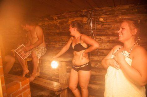 VÕITJAD: Saunalised (vasakult) Martin Ottis, Liisa Leppik ja Gädi-Liis Juht võtsid asja nii tõsiselt, et neil oli saunas isegi kaart kaasas. Tõsine suhtumine tõi ka võidu. Foto: Raul Vinni