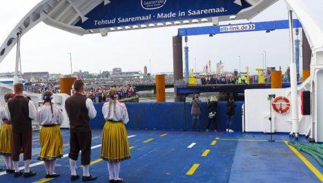 SAARLASTELT SAKSLASTELE: Elb-Link'i uue laevaliini avamisel tervitasid suurel rahvapeol sadamasse kogunenuid tantsuga Viirelinnu tantsijad. Autor: Saarte Hääl