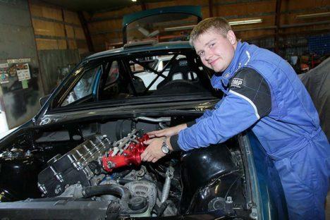 """RALLIKAS VALMIB: Karl Jalakas pingutab, et valmis saada uus võistlusauto, mille kallal on töö käinud kaks aastat. """"Saaremaa ralli nimel tõesti pingutan, aga kas valmis jõuan, 110% kindel ei ole,"""" tõdes ta. Irina Mägi"""