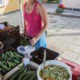 """Eile võis Kuressaare turul näha kõiki hooajakaupu. Uudisena oli letile ilmunud """"Ämbrisalati"""" nime all müüdav värske toorsalat. Müüjate kinnitusel on viimaste päevade kuumus tomatid punetama pannud. Samas hakkavad kukeseened metsas […]"""