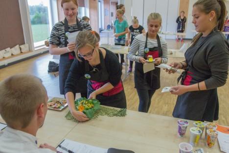SERVEERIMINE: Kihelkonna kooli võistkond (vasakult) Annemai Sepp, Anna-Maria Süld, Lisette Nau ja Katrin Kurvits žüriile Vandiraiuja vatsatäit toomas.  RAUL VINNI