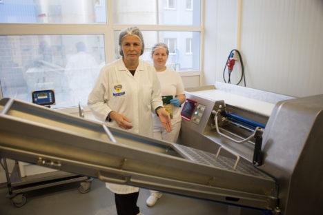 UUED TÖÖLÕIGUD: Piimatööstuse peatehnoloog Aime Paas ja kuubistaja Anneli Juudas hiljuti soetatud uue juustukuubikumasina kõrval. RAUL VINNI