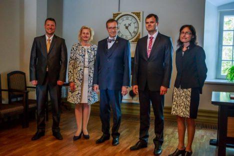 LINNAJUHID JA PRESIDENT: Simmo Kikkas, Tiia Leppik, president Toomas Hendrik Ilves, Madis Kallas, Kairit Lindmäe. Foto autor: Tambet Allik