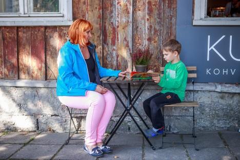 EMAGA KOOS: Viieaastane Otto Hendrik Kaunis päris kõiki tähti veel ei tunne, aga ta ema Marina sõnul on poisi nägemismälu nii hea, et kirjutada oskab poiss juba päris mitmeid sõnu. TAMBET ALLIK