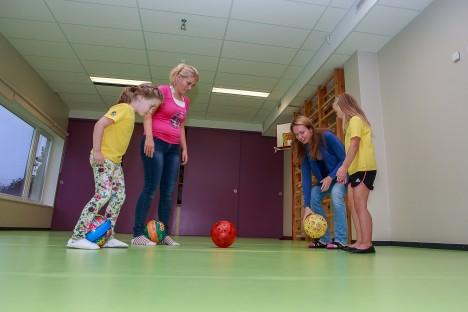 MÄNGULUST: Vana pedagoogiline tõde – parim moodus lapse maailmast arusaamiseks on koos lastega mängimine. Marina Lindmäe (keskel vasakul) ja Jaanika Matson (keskel paremal) koos oma väikeste õpilaste Tuuli Tähe (vasakul) ja Karmen Kaasikuga pallimängu õppimas.  Tambet Allik