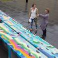 """Eile avati Kuressaares Tallinna tänaval väikelaevaehituse kompetentsikeskuse õuel kunstnik Merike Estna töö """"Pikk laud"""". See koosneb viieteistkümnest akrüülmaalinguga betoonmoodulist. Töö valiti välja 13 kavandi hulgast ja selle tegemiseks sai kunstnik […]"""