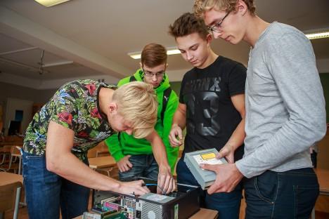 NATUKE NOKITSEMIST: Janis Krupinš, Sander Tamm, Joosep Soon ja Remo Hein 12a klassist üritavad arvutit taas kokku saada.  TAMBET ALLIK