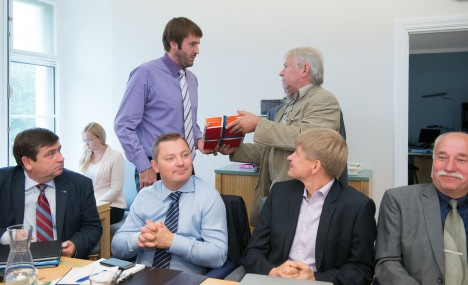 ÜLEANDMINE: Andres Hanso (paremal) annab Rainer Vakrale üle kogutud allkirjad ja pöördumise. ERIK PEINAR