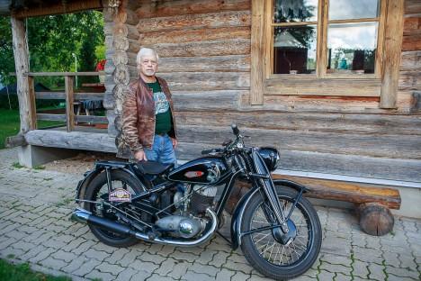 ÜHEEALISED: Iž-350 ja selle peremees Matti Rahnik on peaaegu üheealised. Tõsi, tsikkel on küll peatselt 70-seks saavast Mattist aastakese noorem. TAMBET ALLIK