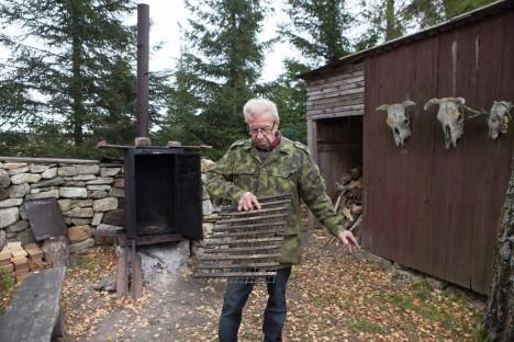 REST KALADELE: Resti, millel kalu suitsutada, tegi Kalle Peedu ise valmis. Samuti on ise tehtud taamal kükitav suitsuahi. RAUL VINNI