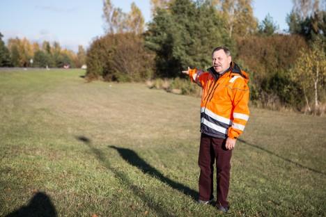 12 KILOMEETRIT: Toomas Magus osutab Kuressaare–Kuivastu maanteele, kus tuleval aastal tulevad põhjalikud rekonstrueerimistööd. RAUL VINNI