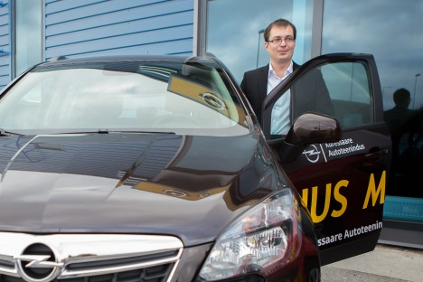 HÄSTI VASTU VÕETUD: Kevadel uksed avanud Opeli esindusel läheb juhataja Jürgen Tuulingu kinnitusel hästi. Fotol üks saarlaste eelistusi – Mokka. RAUL VINNI