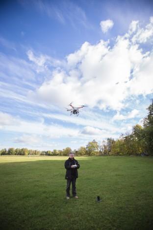 ETTEVAATLIKULT: Ehkki Margus Muld on drooniomanik juba poolteist aastat olnud, teab ta, et tark ei torma. Nõnda lennutab ta oma drooni alati suurima ettevaatlikkusega ning kontrollib alati kõike. RAUL VINNI