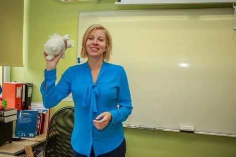 PEA EES, TEADMATUSSE: Noored Kooli programmi kaudu õpetajaks hakanud Kadri Kanemägi leiab, et just see on amet, mis talle sobib. Keeleõppeks on ta näiteks välja mõelnud erinevaid mänge. TAMBET ALLIK