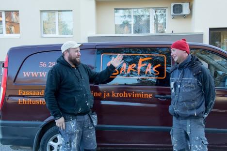 OBJEKT TUULTE ROOSIS: SarFasi juhid Priit Kessel ja Janek Kütt töötavad ka ise tellingutel. Ranna tänava maja on peaaegu valmis. IRINA MÄGI