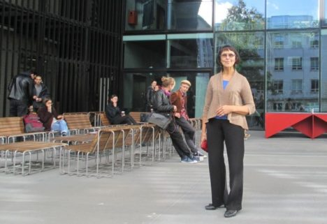 ÕPPENÕUSTAJA FILMIKOOLIS: Tallinna ülikooli Balti filmi- ja meediakooli õppenõustaja ja spetsialist Ly Pulk kaks aastat käigus olnud koolihoone ees. AARE LAINE