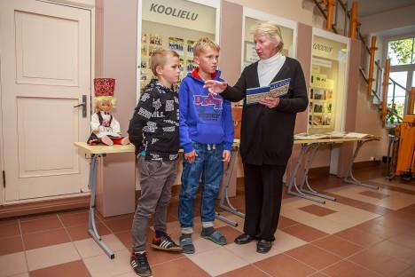 KOOLIPOISTELE MÄLGUST: Õpetaja Urve Vakker tutvustab neljanda klassi poistele Uku Kassukale (vasakul) ja Joosep Lonksule väljapandud ekspositsiooni. TAMBET ALLIK