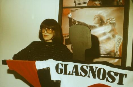 MITMEKÜLGNE KUNSTNIK: Saima Priks personaalnäituse avamisel Tallinna kunstihoone salongis 1988. aasta jaanuaris. ERAKOGU