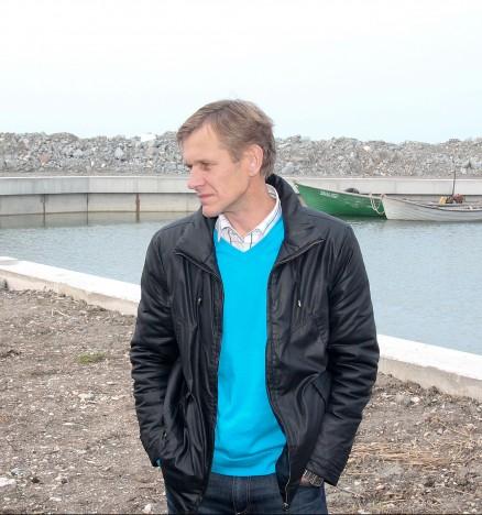 MURELIK: Kahe aasta eest oktoobris, kui Kallastes renoveerimistööd lõpetati, ei osanud vallavanem Raido Liitmäe aimatagi, et peagi kogunevad sadama kohale murepilved. IRINA MÄGI