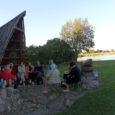 Uue hooaja sissejuhatuseks veetsid Orissaare raamatusõbrad imeilusa õhtu mere ääres Uisukivi juures. Lugesime, meenutasime, pajatasime – ikka merest. Oli hingekosutav olemine.