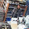 Kuressaare politseijaoskond palub abi pildil oleva meesterahva tuvastamiseks. Politseil on alust seostada seda meest mobiiltelefoni vargusega ühest Kuressaare kauplusest 8. oktoobril kell 21.25. Politsei palub kõigil, kel on infot pildil […]