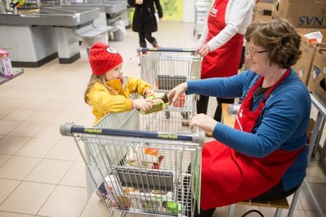 TULEB APPI: 5aastane Heili Rohtla toob ostud vanaema Janne Ojalepa juurde kogumiskärusse.  RAUL VINNI