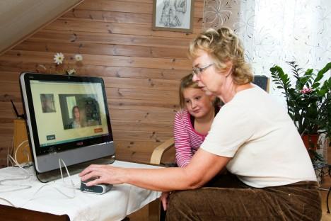 TOIMIB KÜLL: Anne Arva ja tema lapselaps Luise Järvelaine aitavad Triin Arval (ekraanil) ELVI-t katsetada. IRINA MÄGI