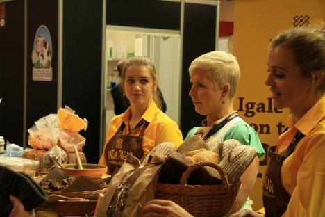 VÄRSKET LEIBA! Karja pagariäris valminud Evelini leiba aitas pagariäri piigadel Maali Kanemäel ja Karoliine Algpeusil esitleda Evelin Ilves isiklikult. JUHAN KANEMÄGI