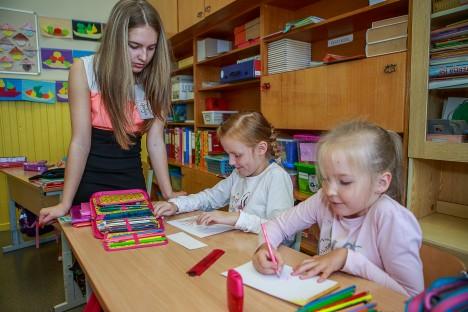 """TORE TUND: """"Õpetaja"""" Gretelis Elissaar jälgib 1.a klassi tüdrukute Nele Juursoo ja Kätriin Johansoni tööd. TAMBET ALLIK"""