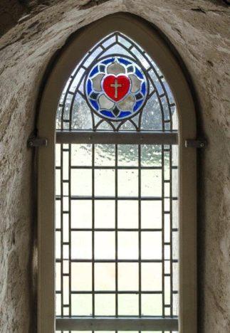 ÜKS KOLMEST: Vitraažaken punase südame ja ristiga.  JAAN TAMM