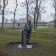 Kolmapäeva ennelõunal jõudis oma asukohale Kuressaare mererannas kirjanik Albert Uustulndi kuju, mis avatakse pidulikult reedel. Fotod Raul Vinni