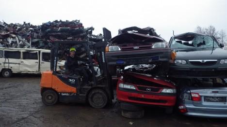 ROMUSID KUI PALJU: Sikassaare Vanametalli tegevjuht Tauno Ligi kergitab romusõidukeid, mis kampaania raames kohale toodud. ERAKOGU